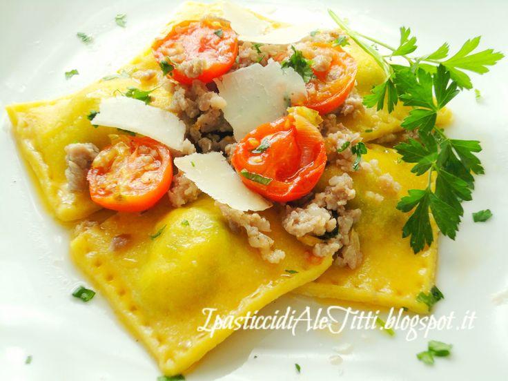 I pasticci di Ale Titti : Ravioli di ricotta e spinaci con salsiccia, pomodorini e scaglie di parmigiano
