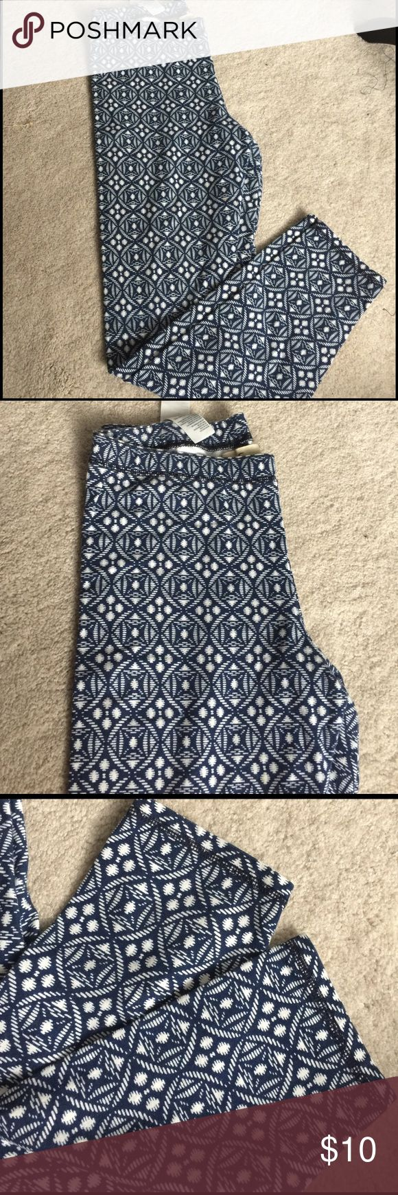 Like New Hollister leggings Beautiful Hollister leggings, would be mistaken for brand new ! Blue and white pattern! Dress them up or down. Hollister Pants Leggings