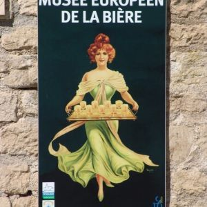 """Affiche """"Musée européen de la bière"""" Affiche """"Bières de la Meuse"""" Vous connaissez sûrement les célèbres affiches publicitaires des artistes Musta et Bastard sur la #Bière de « La Meuse » qui ont marqué l'imaginaire national durant près d'un siècle et ont fait le tour du monde. L'abus #Alcool est dangereux pour la santé."""
