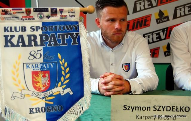 Szymon Szydełko w poniedziałek przestał być trenerem III-ligowych Karpat Krosno. Umowa z krośnieńskim klubem została rozwiązana za porozumieniem stron.