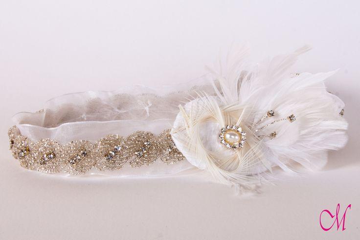 Cinta de lazo organdil con pedrería y decorado con plumas, brillantes y rematado con broche. www.monetatelier.com