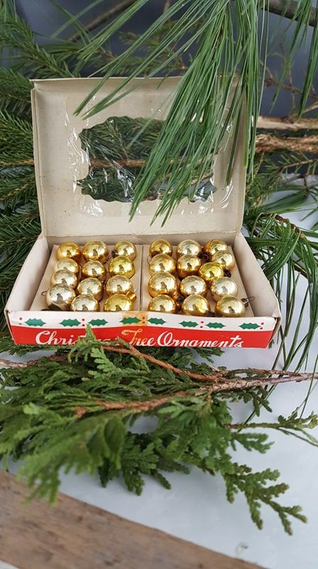 Really beautiful and tiny Christmas ball, for the Christmas tree or in a jar... The box is also lovely!