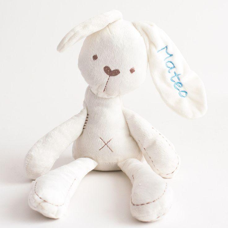 Conejo de peluche con nombre bordado. Regalos personalizados para bebés. Tienda online. Entregas en 24 horas.