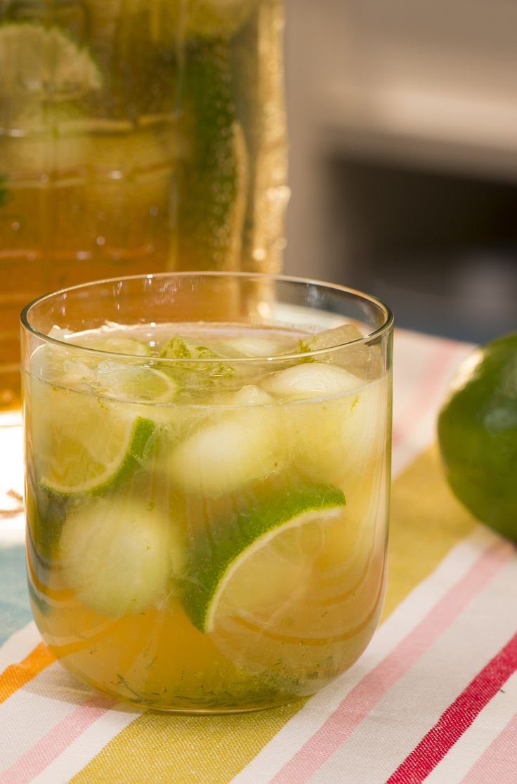 Caipirinha-Bowle mit Limetten und Melone