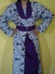 batik gambis dengan perpaduan warna putih dan ungu yang terlihat stylis dengan motif batik modern. cocok digunakan untuk acara resmi baik indor maupun outdor.  lingkar dada : 77cm lingkar lengan : 28cm panjang lengan : 55cm