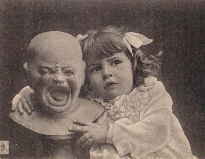 Carte postale d'une fillette et d'une tête de poupée de cire (postcard of a girl and a wax doll head)   via Cartes Postales Anciennes