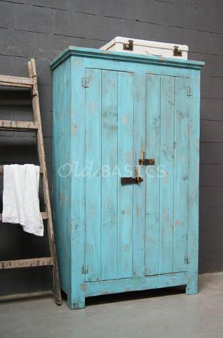 Kast 10234 (M) - Stoere oude houten kast met een opvallende blauwe kleur. Achter de deuren drie vaste legplanken.