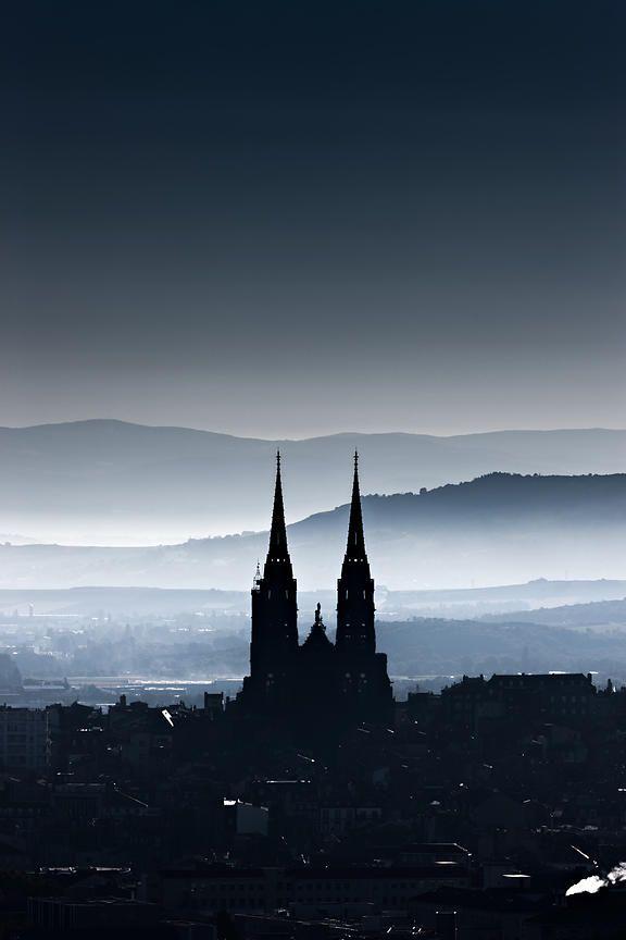 La silhouette de la cathédrale de Clermont-Ferrand au petit matin. j'adore!