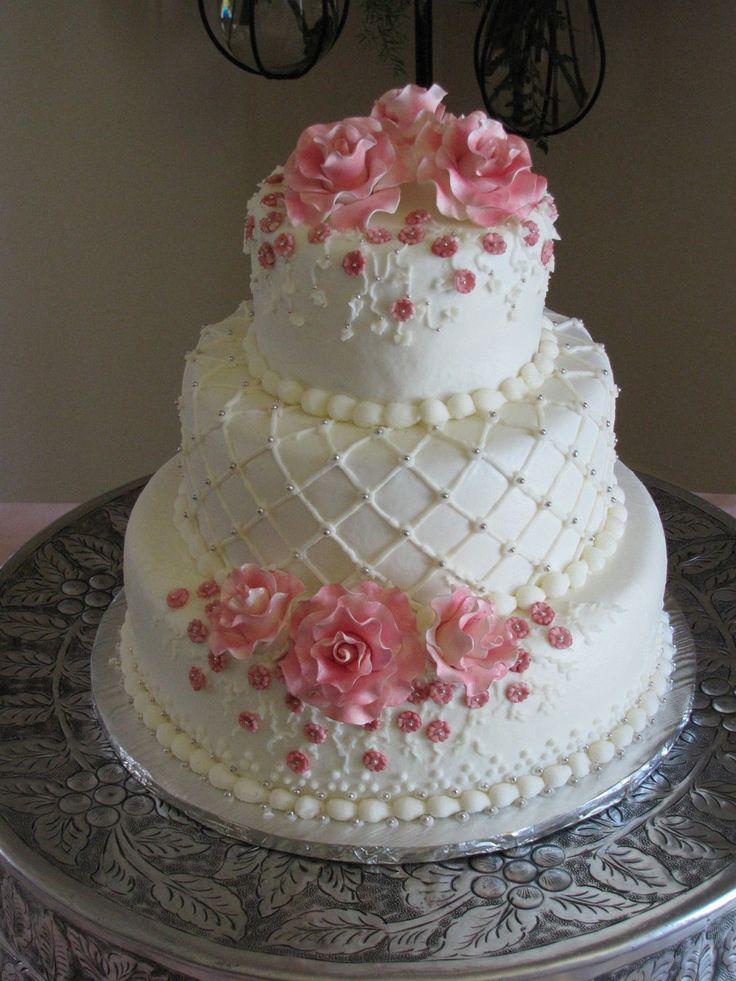 Petit gâteau de mariage à trois niveaux avec roses roses en pâte à sucre   – Wedding cakes