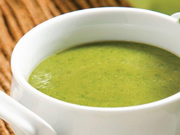 Dans une casserole, amener l'eau à ébullition. Ajouter le brocoli et la pomme de terre. Réduire la chaleur et mijoter 10 minutes. Réserver. Fondre le beurre dans une autre casserole et y faire revenir l'oignon et l'ail 1 minute à feu moyen. Ajouter le brocoli et la pomme de terre ainsi que leur eau de cuisson et le bouillon de poulet...
