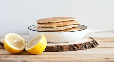Лимонные блинчики:  - 2 яйца; - цедра и сок 1 лимона; - 2 ст. ложки натурального нежирного йогурта; - 4 ст.л. овсяных отрубей; - 2 таблетки сахарозаменителя - 1 ч.л. корицы