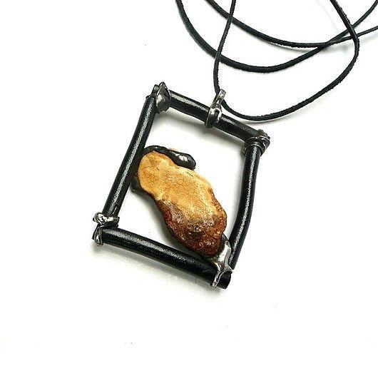 Amber in the black coral frame. Pendant unique // Bursztyn w ramie  z czarnego korala. Wisior unikalny