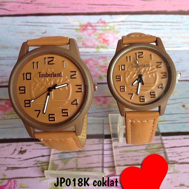 Jam tangan timberland couple. tidak bisa satuan. Warna asli agak tua'an dikit Kode : JP018K coklat || Harga : 140ribu (2 jam) || Diameter : 4cm dan 3.3cm || Tali : kulit + suede || Water resistant : tidak