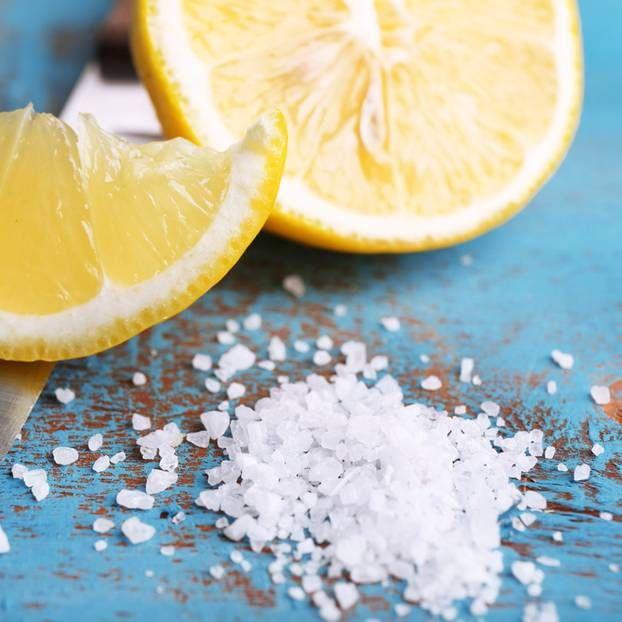 Butterbrotpapier, Salz, Zitrone und eine alte Zahnbürste – mehr braucht es gar nicht, um eure Küche mal wieder richtig sauber zu machen. Wir zeigen, wie es geht.