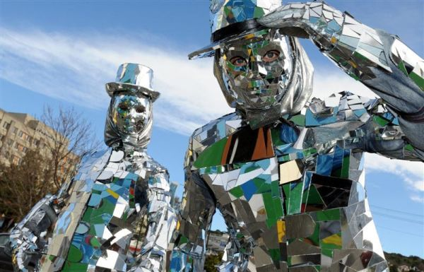 Fundraising for hometown by performing in a green suit made out of mirrors