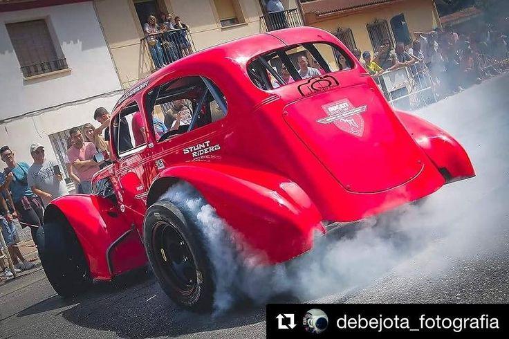 Arrancamos el día con este burnout del Legend Car en Villarejo de Salvanes!!Feliz lunes amigos y... gas a fondo!! Let's stat Monday with this Legend Car burn out! Happy Monday and... full throttle my friends!!  @debejota_fotografia  #ducatistuntteam #ducatistuntshow #Stunt #ShowTime #rainers #nzi #motocorse #AMM #pirelli #neumoto #AdrGraphics #tallerespimar #dmasr #expresarte #stuntridershop #LoloPamanes #tecnooffroad #dmxsuspension #NGbrakes #AcostProject #DocDucatistas #bardahl…