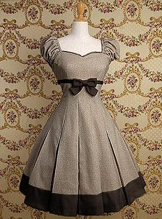 waoh que c'est joli Princess neckline, puff cap sleeves, bow at the empire wasteline, pleated full skirt with a contrast band, what's not to love. This is remarkably similar to a dress I wore in 1967.