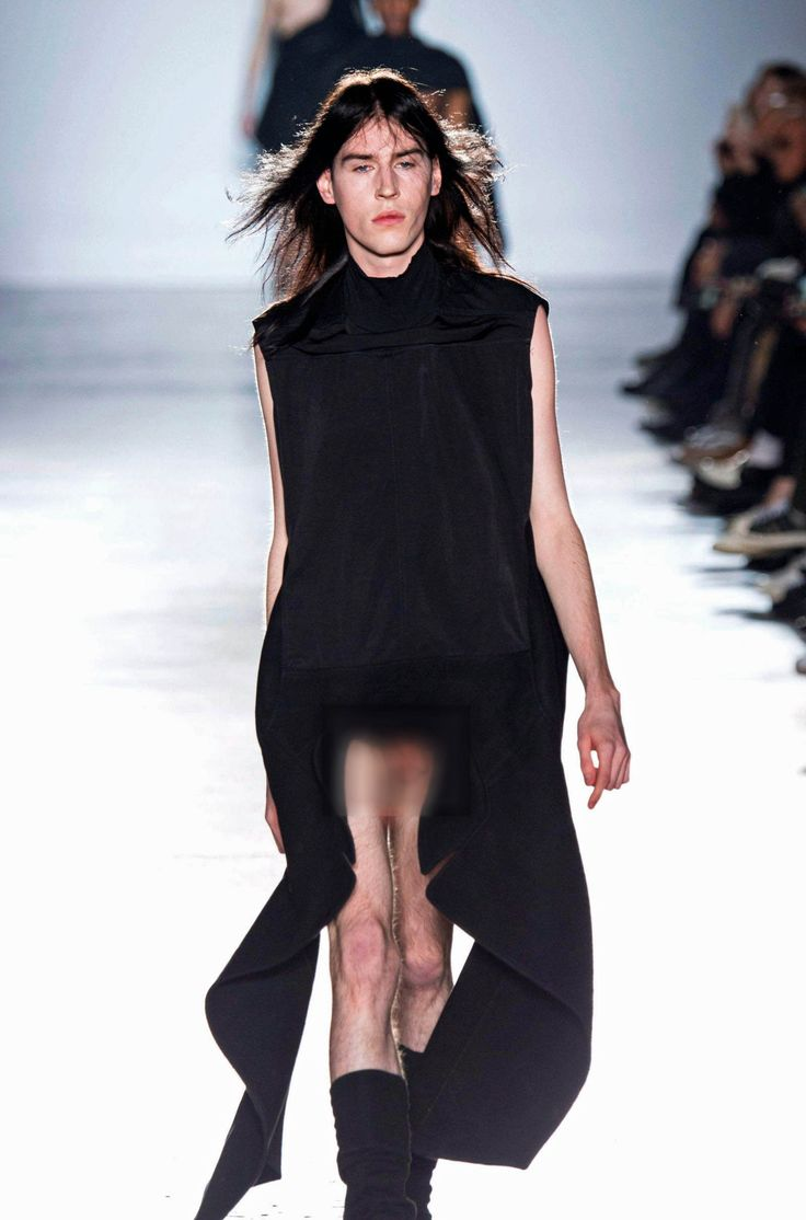 Rick Owens a fait le buzz lors de la Fashion Week avec un défilé masculin très osé... où certains pénis ont été aperçus sur le podium.