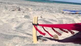 Wood Beach Kit by Francesco Prato - YouTube Un nuovo modo di vivere il mare, la spiaggia e….il vento. Soluzione Tendi pareo da spiaggia che consente di mantenerlo sollevato dalla sabbia e/o dal suolo, permettendo così al vento di avere una duplice funzione: impedire alla sabbia di stazionare sul telo e asciugarlo quando è bagnato.