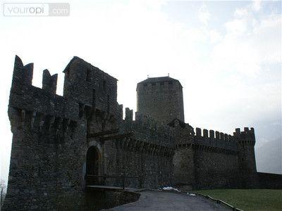 Castello di Montebello is één van de drie Middeleeuwse kastelen in Bellizona. Castello di Montebello is het middelste uit de serie van drie. Het Kasteel stond in de middeleeuwen bekend als het kleine kasteel