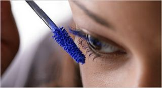 blauwe mascara en blauwe oogpotlood op het witte randje.