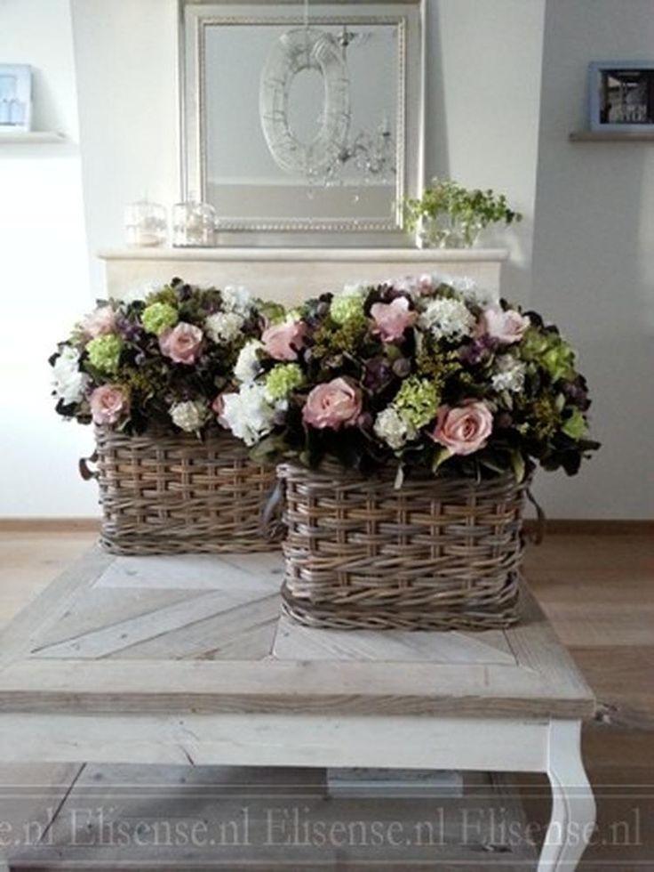 Zijde bloemstukken in rieten vensterbankmanden