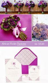 Ramos de novia y damas de honor e invitaciones de boda en color violeta