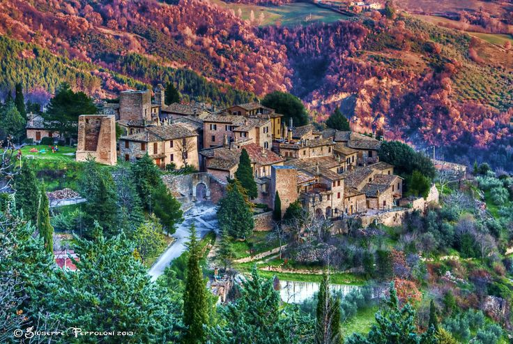 """""""Collepino"""" - Tiny hamlet near Spello, along the panoramic road to Assisi.  www.love-umbria.com"""