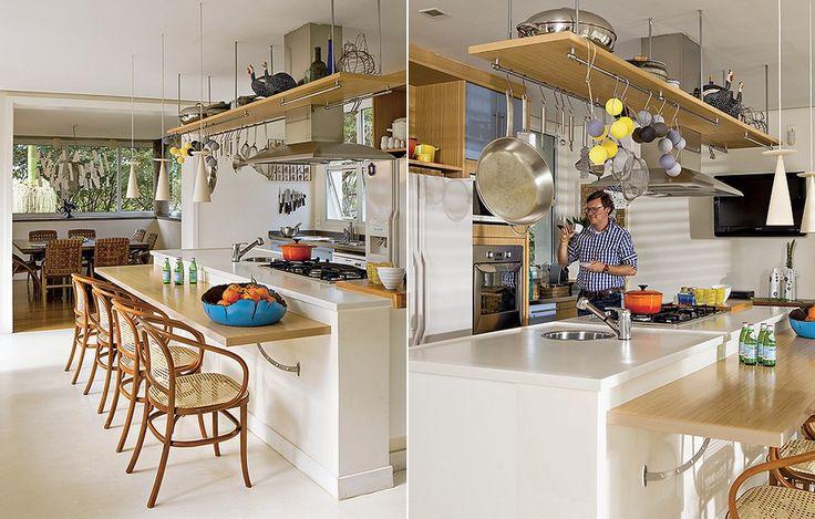 """Projetada pelo casal de arquitetos André Hauser e Aline Biaggi, esta cozinha já saiu da prancheta como o coração da casa. A bancada, além de servir para refeições, funciona como escrivaninha. """"As meninas estudam enquanto preparo o jantar"""", diz o pai"""