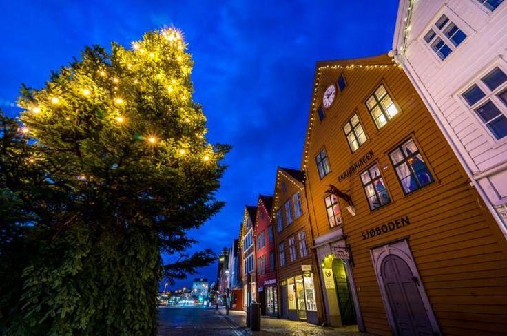 Bergen, Noruega  Más que un mercadillo de Navidad, en la ciudad más lluviosa de Noruega se instala llegada la fecha un mercadillo en el que se venden un montón de artesanías de un país vikingo por excelencia. No te pierdas su pueblo de galletas de jengibre, para más señas el pueblo de galletas de jengibre más grande del mundo. Colegios, instituciones, particulares, etc. Toda la ciudad pone su granito de arena, perdón, de jengibre, para levantar una curiosa maqueta comestible.