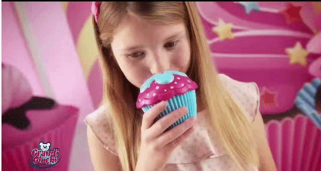 Scopri i 6 deliziosi profumi di Cupcake Surprise! Cerca i dolcetti profumati che si trasformano in bellissime principesse nei migliori negozi di giocattoli.