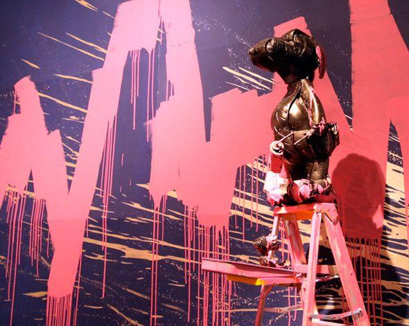 Exposition Mr. Brainwash in NY.  Suite au succès de sa gigantesque exposition dans le Meat Packing District de New York depuis février dernier, Icons , Mr. Brainwash a décidé de la prolonger en y présentant de nombreuses nouvelles œuvres. L'artiste français, installé depuis quelques années à Los Angeles, continue donc de dévoiler, sur près de 1400 m², ses  peintures, quelques installations sur-dimensionnées, etc.