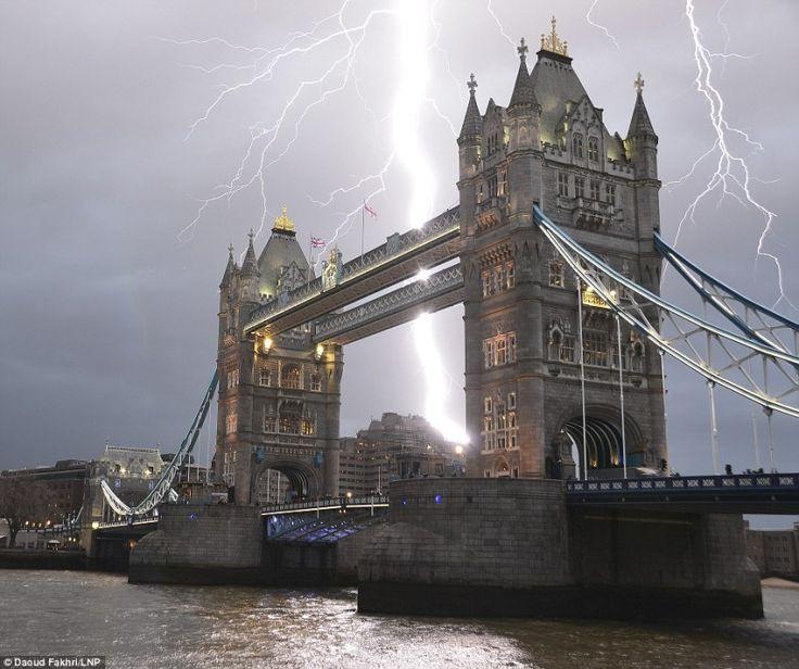 Молния ударила вТауэрский мост