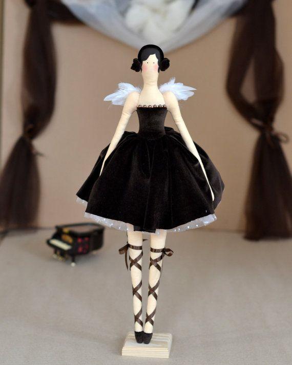 ♥ Cette charmante ballerine du ballet « Le lac des cygnes » de Tchaïkovski. La poupée est faite par le patron de la livre de Tone Finnanger «