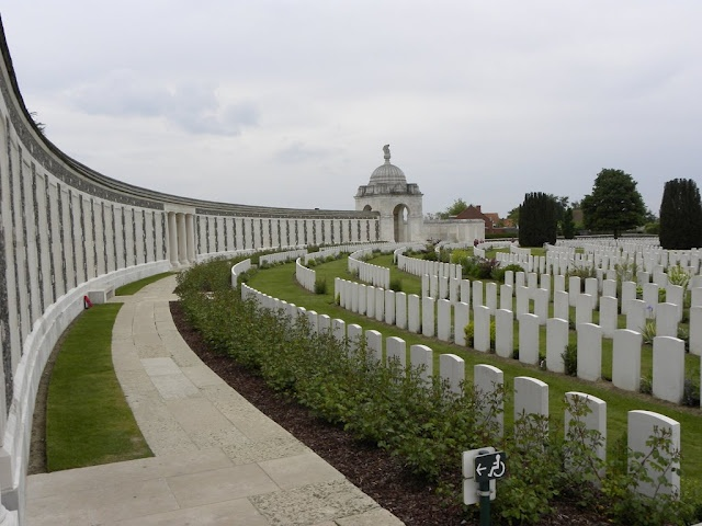 Tyne Cot Cemetery Passchendale. Tyne Cot cemetery is the largest cemetery of the Commonwealth in the world. On the memorial wall for missing soldiers, they have engraved 35.000 names. There are also 12.000 graves of soldiers from World War I.