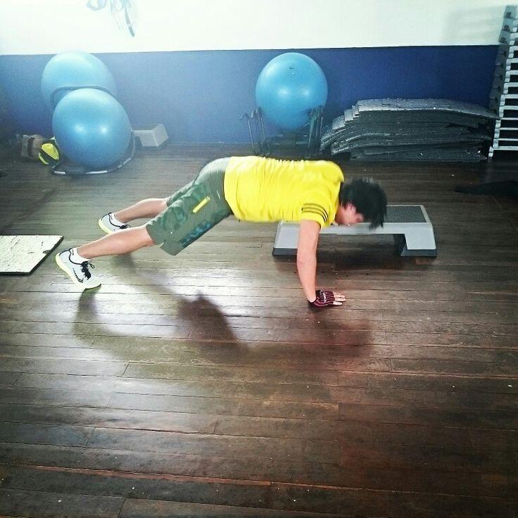 Flexiones de brazo alternado en step...