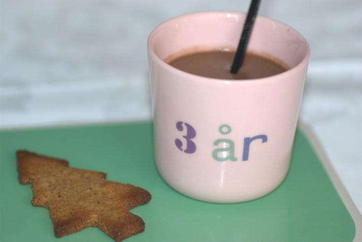 Varm chokolade til det danske efterårs- og vintervejr. Lavet på mandelmælk og chokolade fra Kjærstrup. Opskrift side 40.
