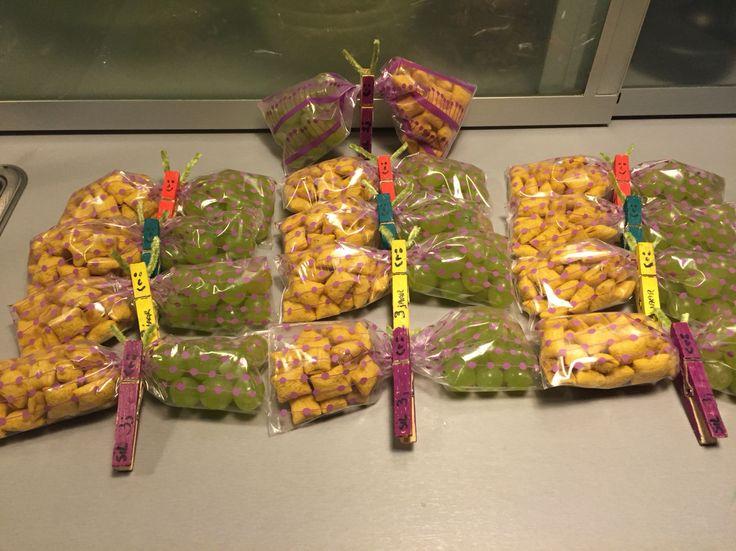Traktaties school peuterklas derde verjaardag Sil druif en cornflakes vlinder