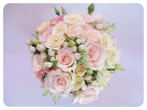 Krém-rózsaszín-fehér menyasszonyi csokor