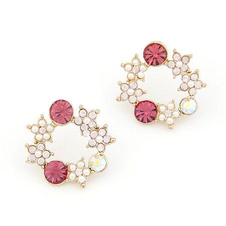 Aros dorados, con cristales rosados y pequeñas perlas formando flores. $5.000