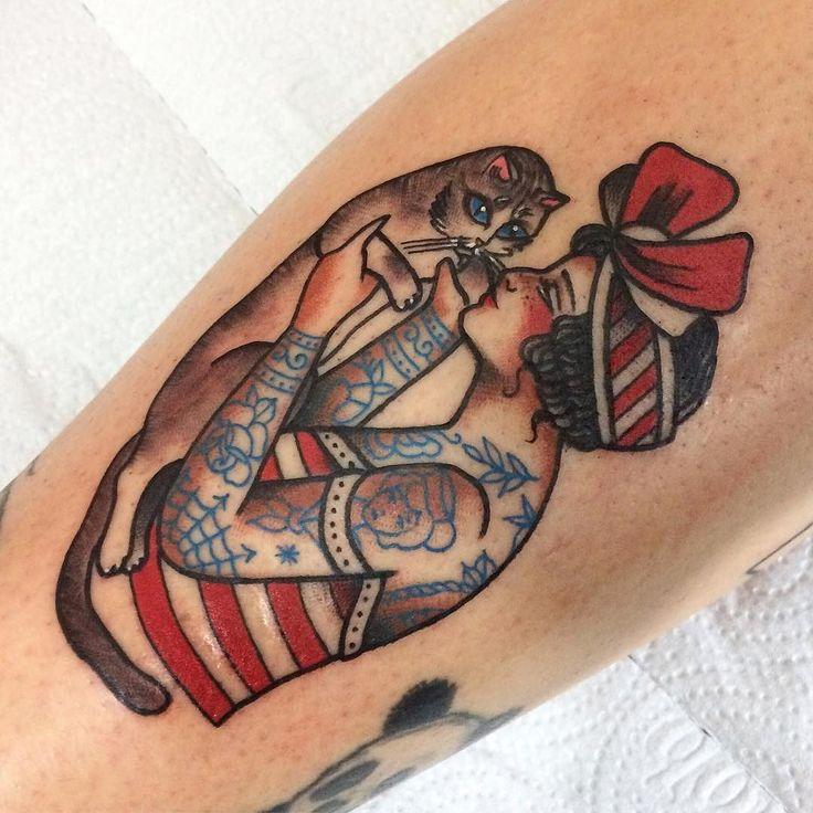 Tatuagem de pinup beijando um gatinho feita por Jessica O. no estilo old school. #tatuagem #tattoo #tradicional #oldschool #gato #pinup #tatuada #beijo