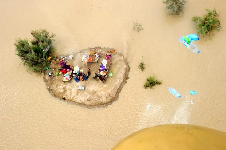 Julio 24 de 2012 - Vista aérea desde un helicóptero del ejército pakistaní muestra equipos acuáticos lanzados a residentes afectados por inundaciones a las afueras de Sukkur (Pakistán). (AFP/VANGUARDIA LIBERAL)