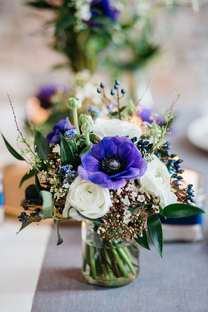 Blaue Anemone für den Brautstrauß | Friedatheres.com anemone wedding Fotos: Lichterstaub Fotografie  Blumen: Blumig Heiraten
