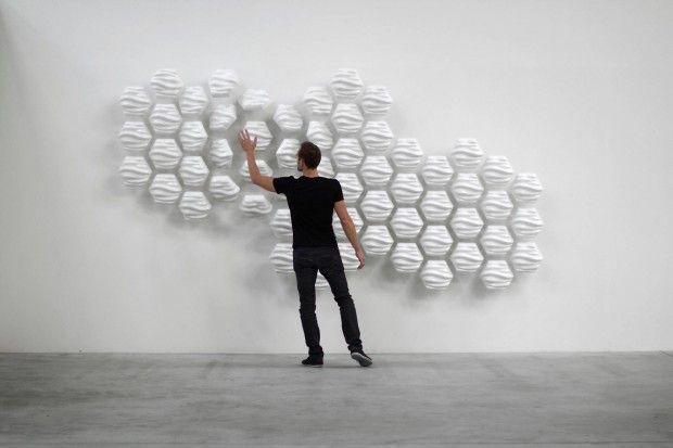 HEXI est un mur sensible et mouvant composé de 60 modules mobiles conçu par Thibaut Sld. Thibaut a été formé en tant que graphiste aux Beaux-Arts et s'est progressivement intéressé à ce type de conceptions qui interagissent avec l'homme.  HEXI est donc un mur en aluminium et PVC, dont les modules fluctuent et bougent en fonction des mouvements de la personne qui passe devant. Il agit comme un miroir de nos mouvements.