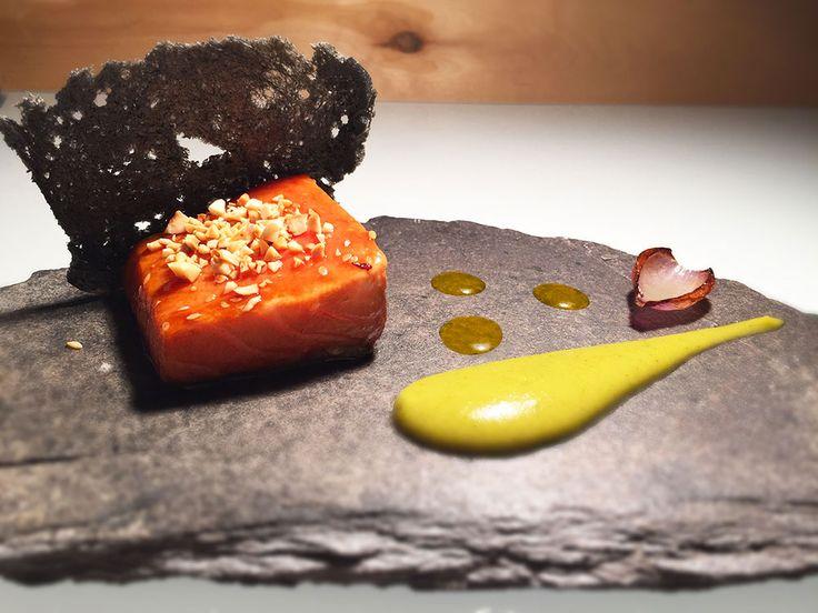 Ricetta di alta cucina con un salmone all'orientale con zucchine gialle e marinato in olio, zucchero, miele e soia. Impreziosito dalla riduzione di limone.