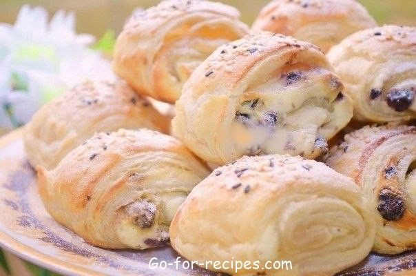Buns with cottage cheese and raisins.