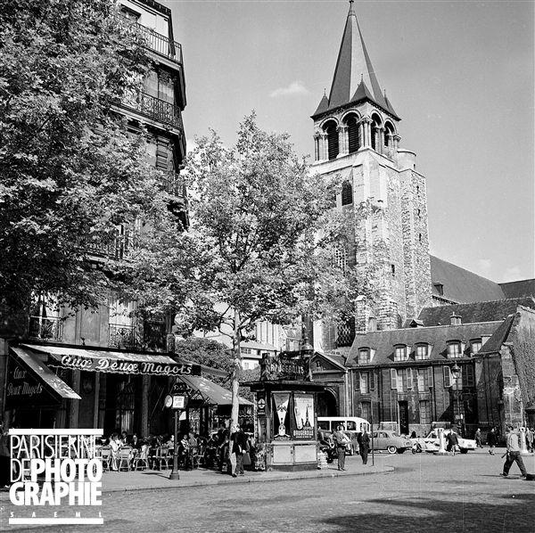 Le café  Aux Deux Magots  et l'église Saint-Germain-des-Prés. Paris (VIème arr.), août 1957.