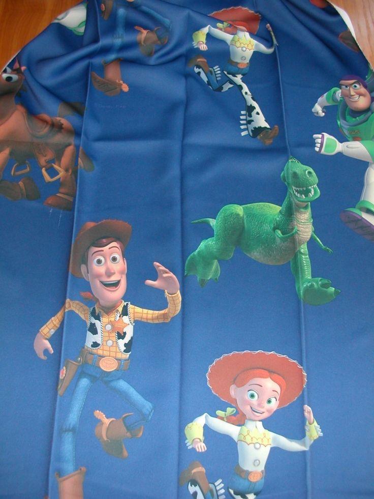 Egy oldalon színes nyomott mintás Black out sötétítő függöny, fényzárása 90–99%. Szín: sötétkék alapon Toy Story minta