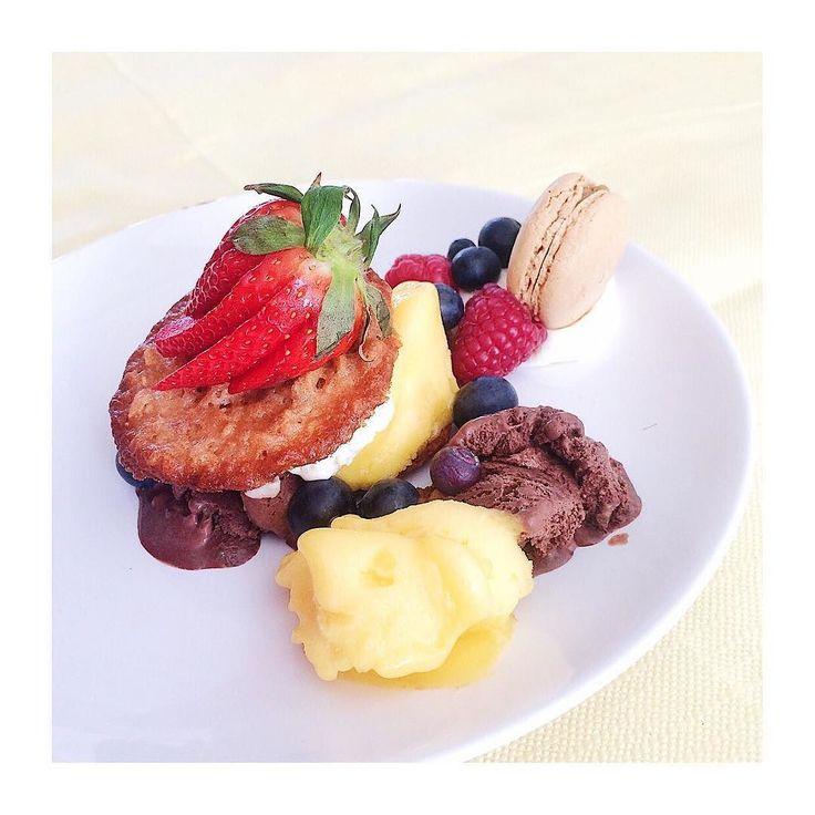 Dessert: kletskoppen ijs mousse slagroom fruit en macarons.   #wantwehaddennognietgenoeggegeten  #aboutlastweekend