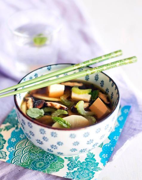 Kasviskylläinen retikka-tofukeitto on upea ja lämmittävä japanilaisten makujen kimara. Retikka säilyttää rapsakkuutensa myös keitettäessä.